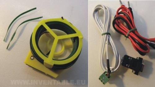 Alambre plastificado de jardín para sujetar los cables.