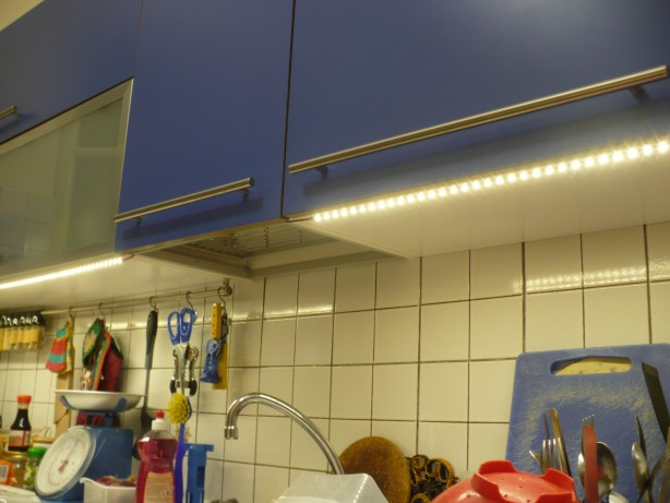 Iluminando una cocina con leds inventable - Regleta led cocina ...