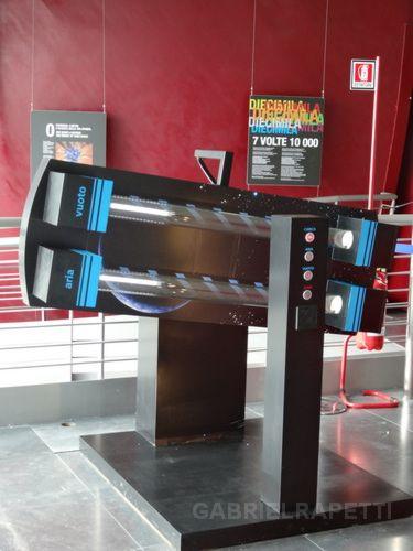 La máquina en el museo cargando los objetos.