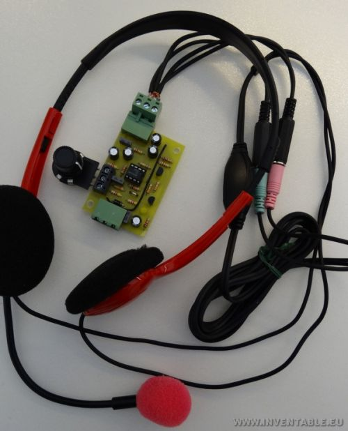 Uno de los módulos del intercomunicador con sus respectivos auriculares.