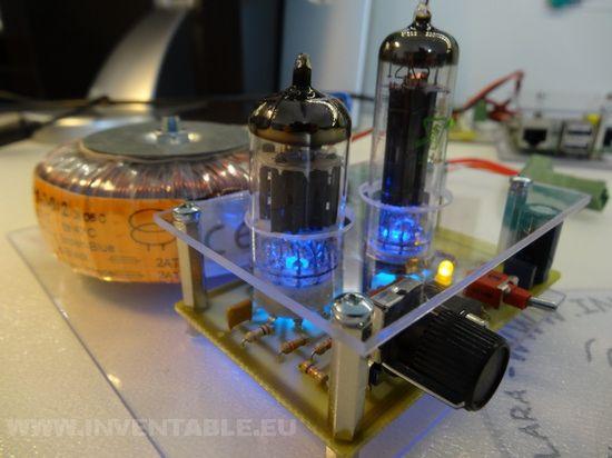 El amplificador con válvulas montado.
