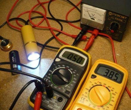 Corriente medida con un tester de una linterna con leds