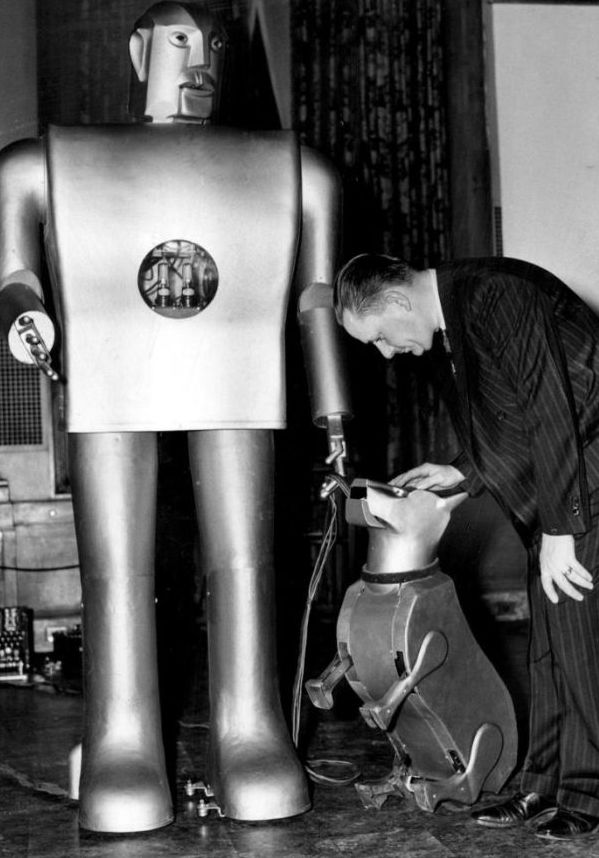Electro, the smoking robot and the dog Sparko. Westinghouse (1940)