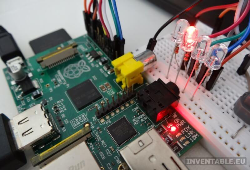 Raspberry junto a la protoboard con los leds trabajando.