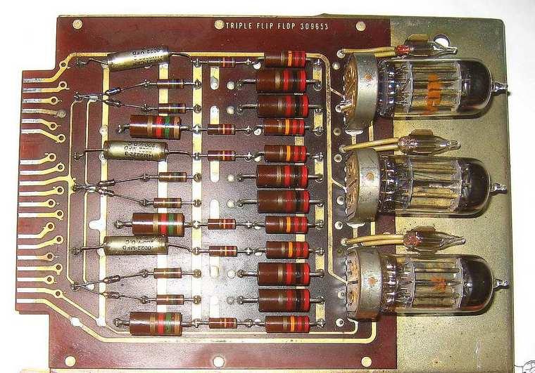 Triple flip flop de un ordenador LGP-30, fabricado a mediados de los años 50 del siglo pasado.