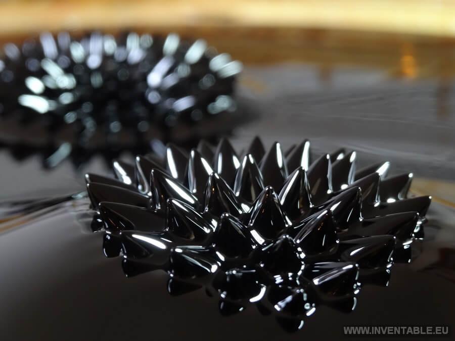 Formas características del ferrofluido bajo el efecto de un campo magnético.