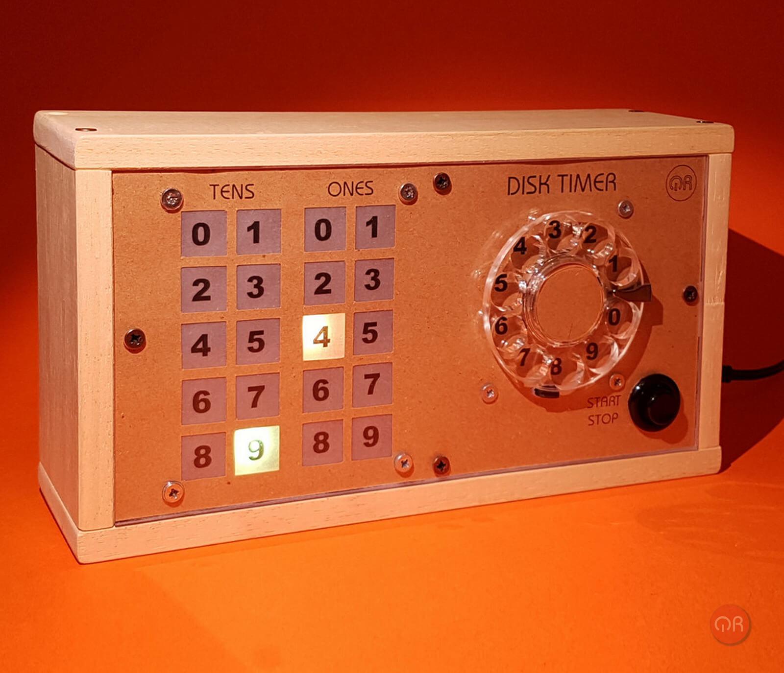 Foto del timer con un disco telefónico.