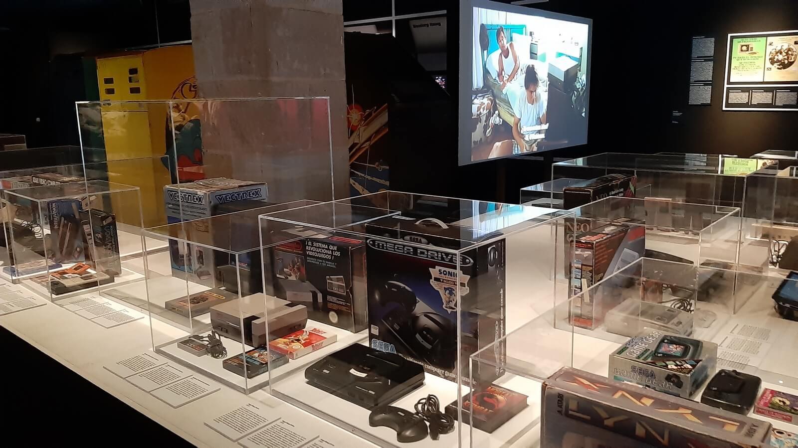 Antiguas consolas de juego en la Exhibición GamePlay en el CCCB de Barcelona