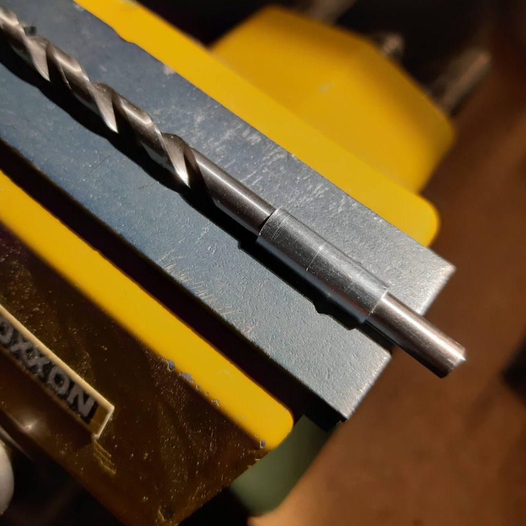 Plegado en la morsa del disipador TO92 para completar la forma cilíndrica