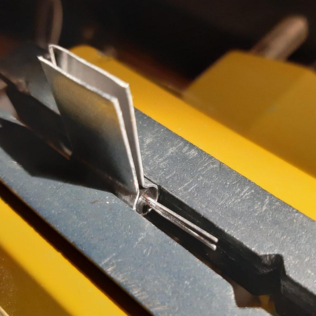 Aplanamiento de uno de los lados de la forma cilíndrica para adaptarlo a la forma del componente